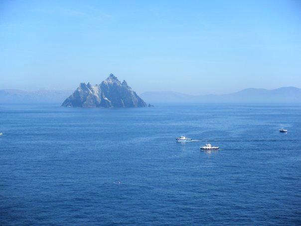 due barche si dirigono a Skellig Island, in lontananza si può vedere Little Skellig abitata solo da uccelli