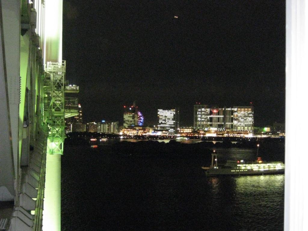 Vista notturna dal Rainbow Bridge, nel quartiere Odaiba di Tokyo