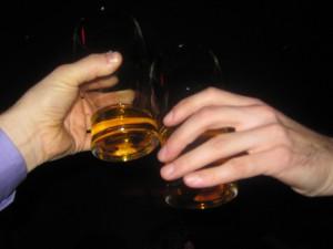 cin cin con due bicchieri di whiskey