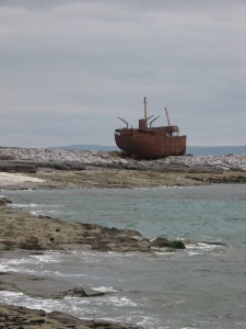 Nave-relitto a Inisheer, isole Aran, Irlanda