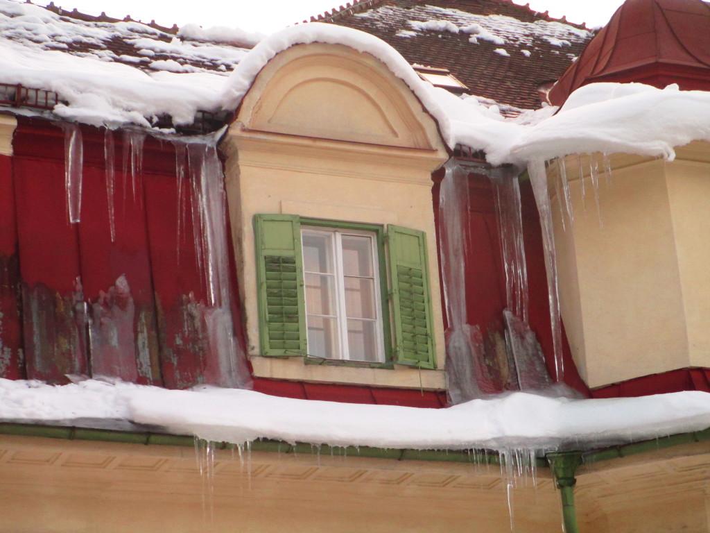 Una finestra con ghiaccio e neve a Bad Gastein, Austria