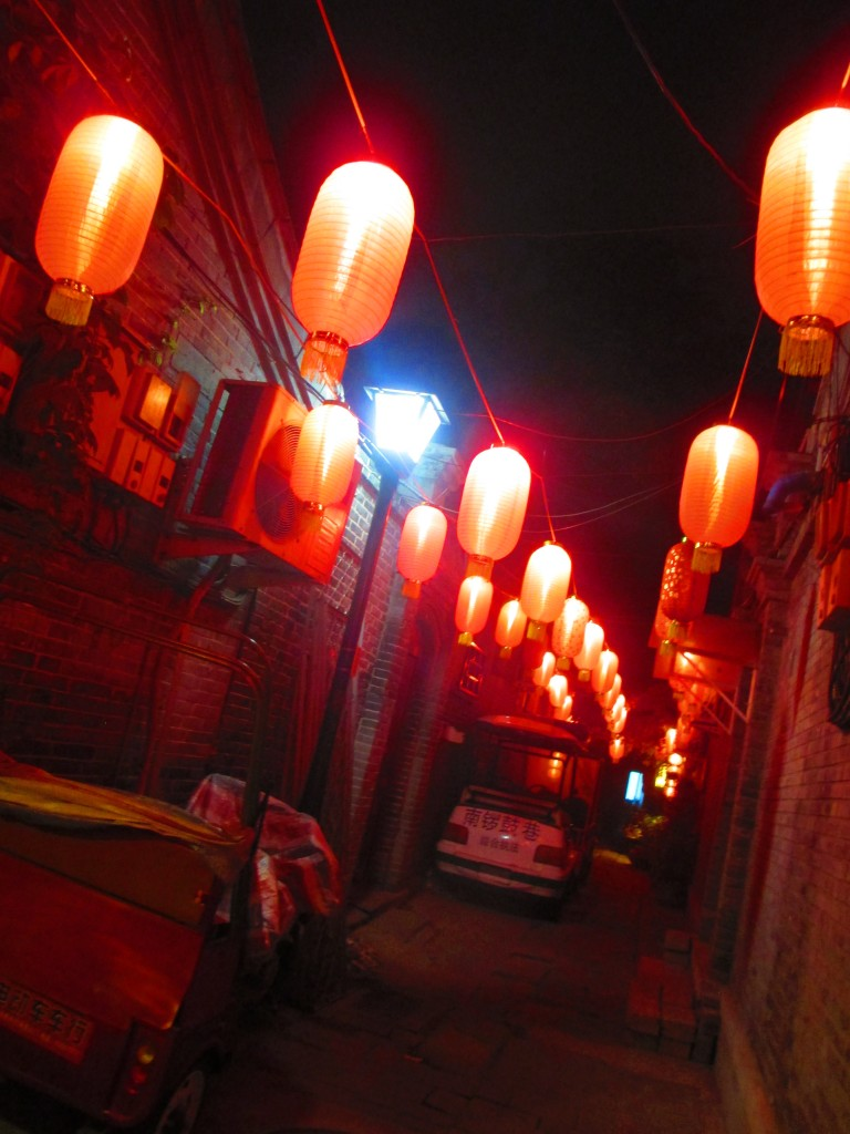 Lanterne rosse in un hutong a Pechino