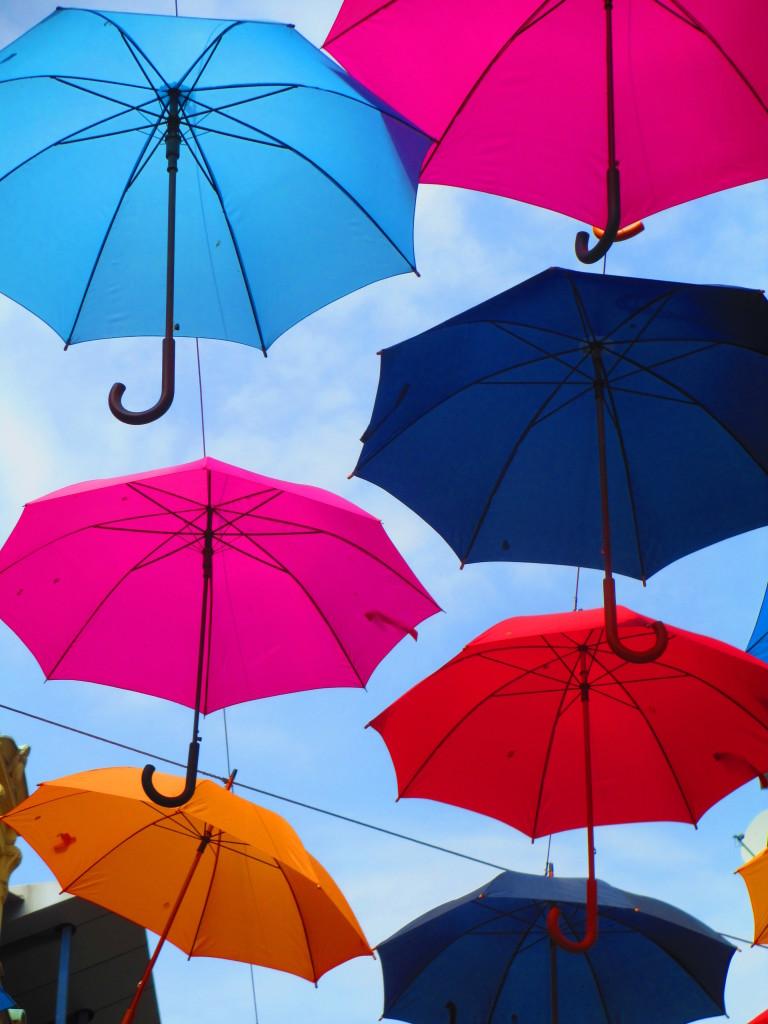 Un cielo di ombrelli o ombrelli in cielo?