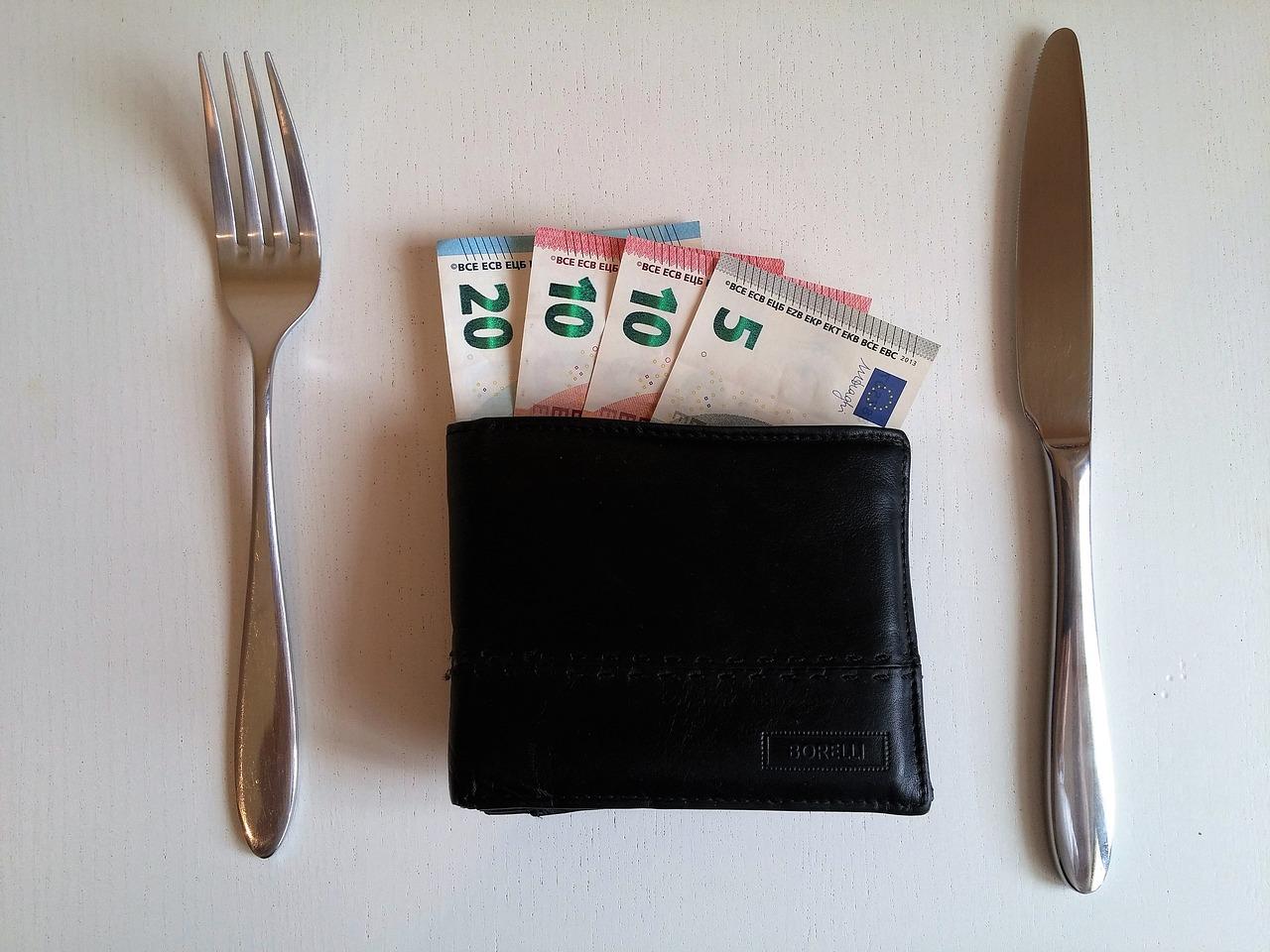 portafoglio al tavolo