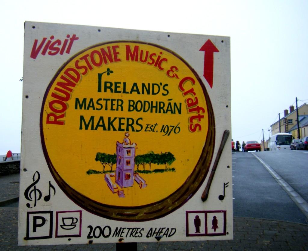 insegna negozio di musica a Roundstone, Connemara, Irlanda
