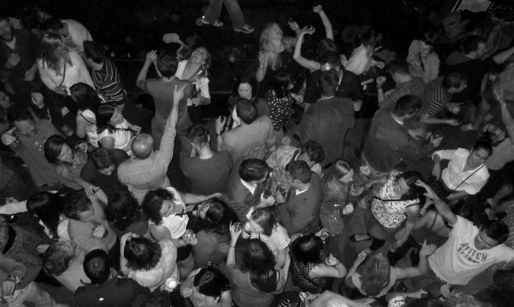 folla di persone al Whelans, locale indie rock di Dublino