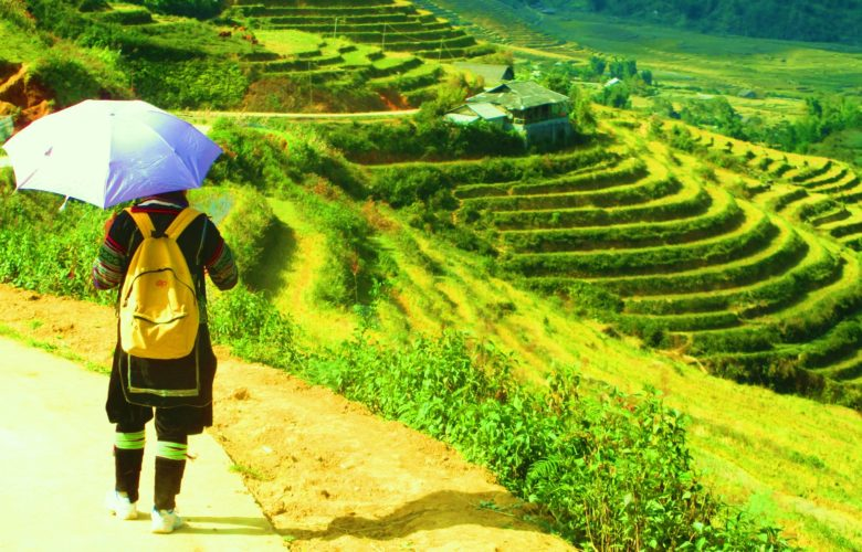 una guida Sapa O'chau davanti a risaie in Vietnam