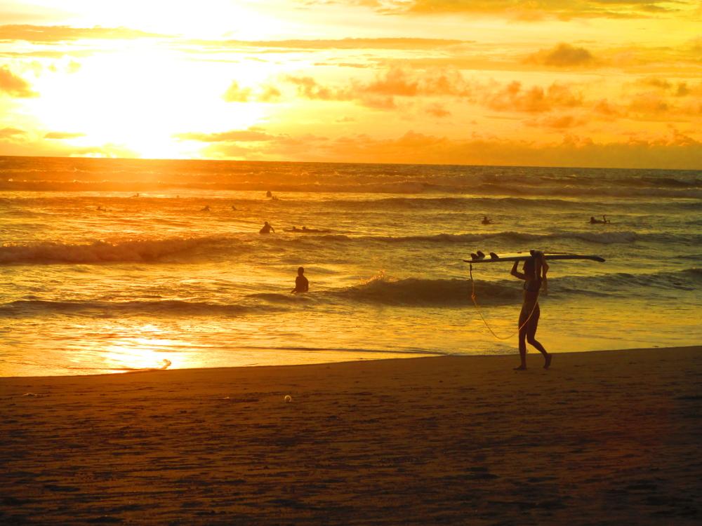 tramonto in spiaggia a canggu, bali