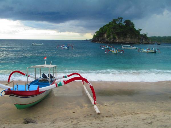 spiaggia con barche tradizionali, bali