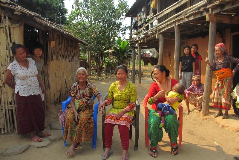 donne in un villaggio nepalese