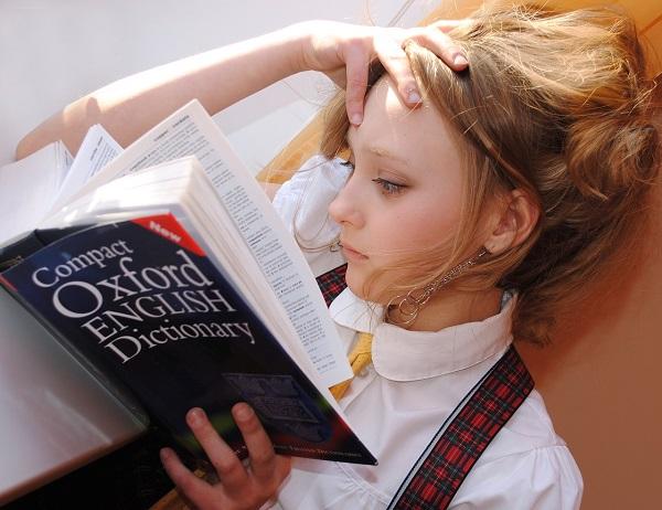 ragazza che studia inglese