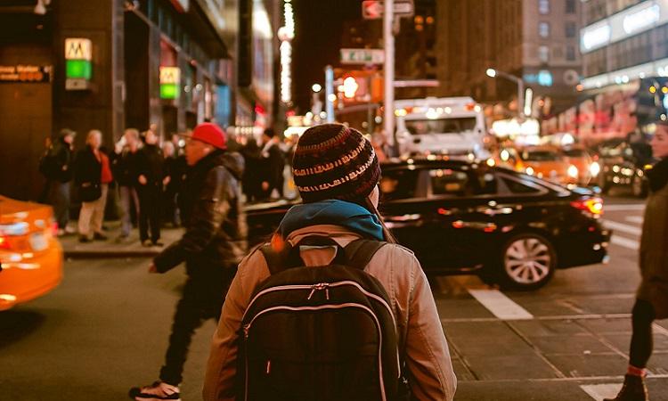 viaggiatrice zaino in spalla