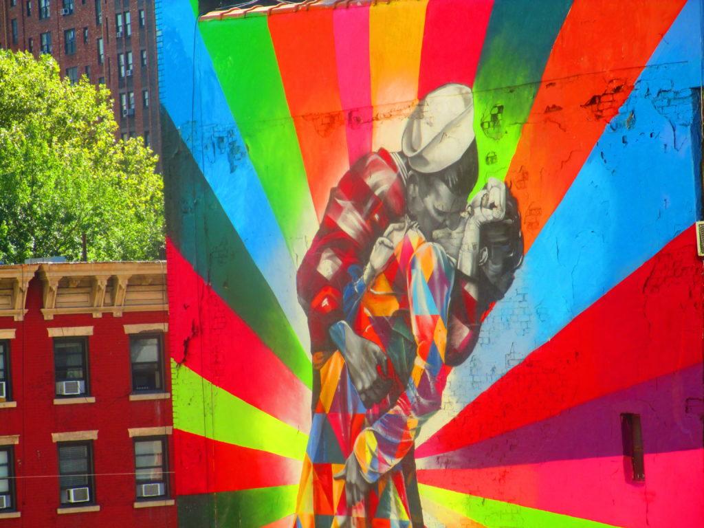Street Art a Chelsea, New York: un bacio in technicolor