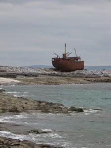 Nave-relitto a Inisheer, isole Aran, Irlanda