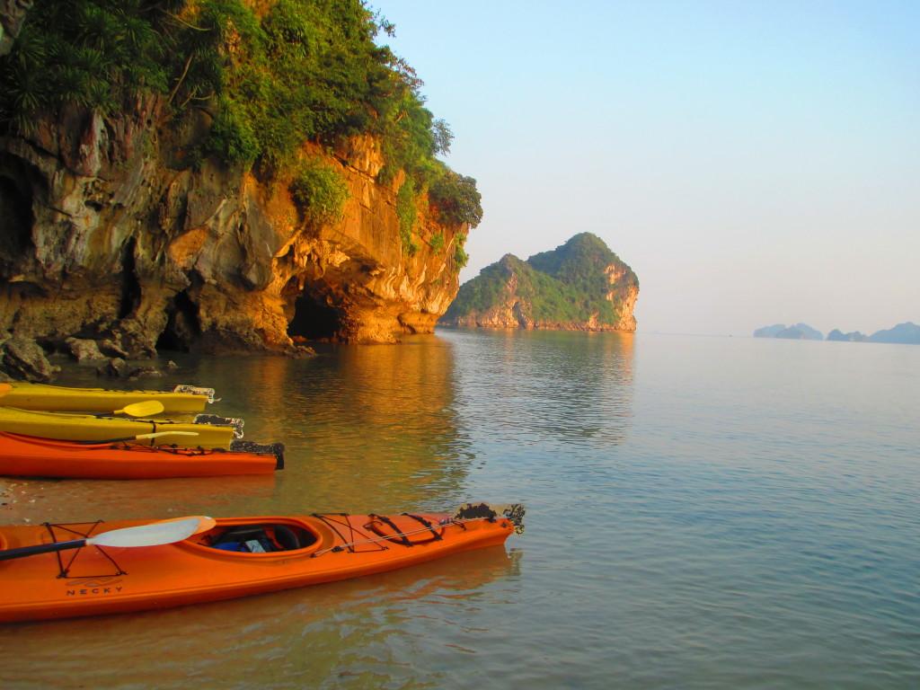 kayaking nella baia di Halong, Vietnam