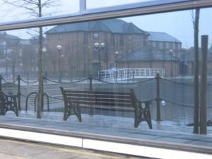 una panchina a Manchester, immagine invernale