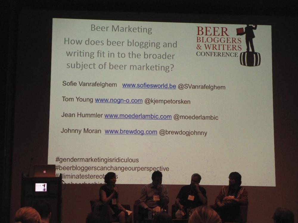 Sofie Vanrafelghem e gli altri ospiti delle sessione sul marketing della birra alla conferenza e degli scrittori di birra a Bruxelles