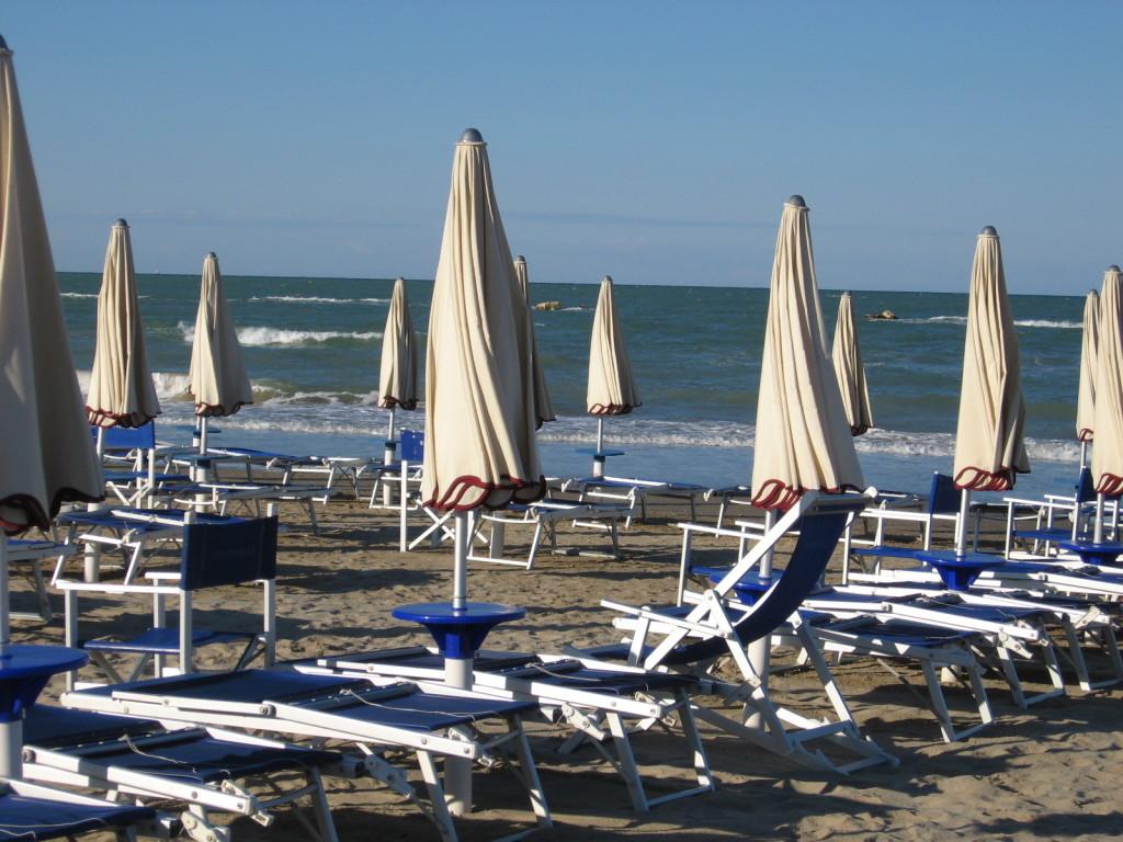 ombrelloni chiusa in una spiaggia delle Marche