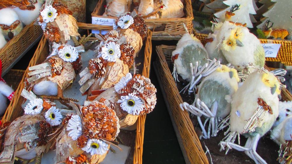 addobbi natalizi a forma di gufo in vendita al mercatino di Natale di Salisburgo