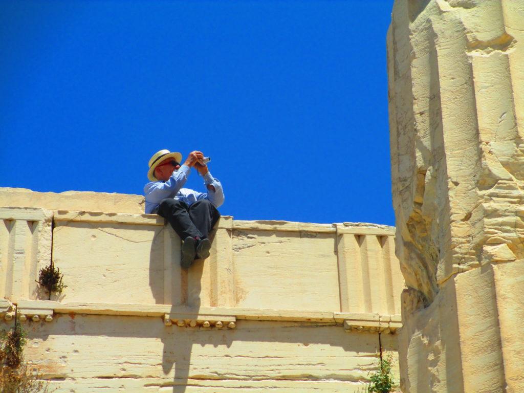 un archeologo scatta foto all'Acropoli di Atene