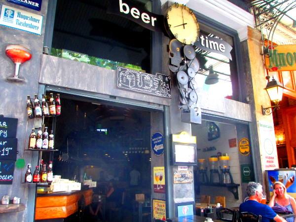 entrata del Beer Time, pub di Atene