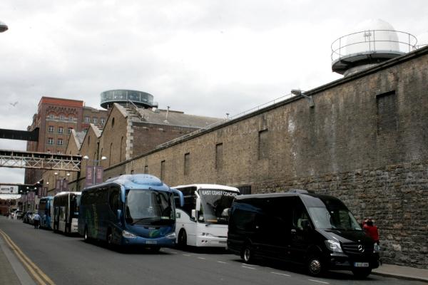 bus turistici all'uscita della Guinness Storehouse