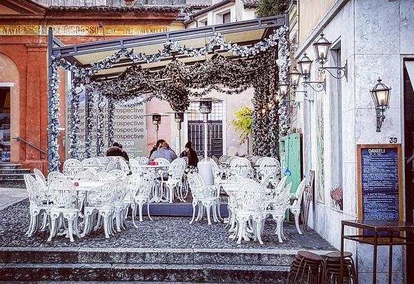 locale a Bassano del Grappa con tavolini all'apertoa