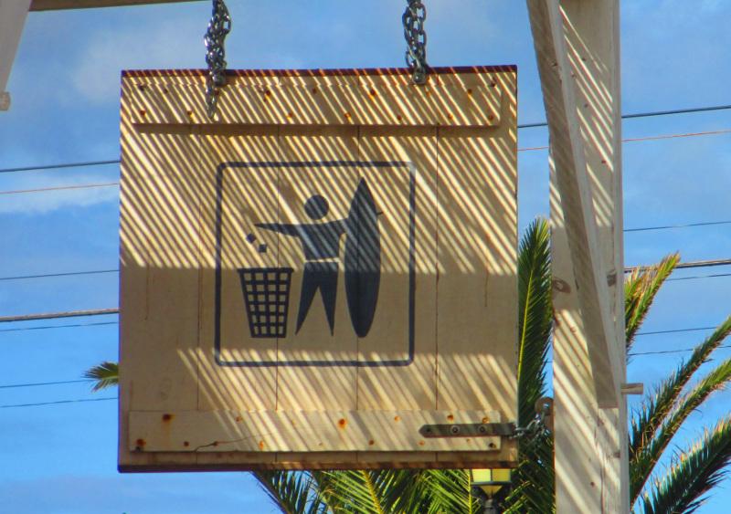 gettare i rifiuti nel cestino